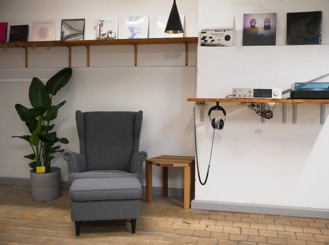 Frontal view of the listening station. Photo.